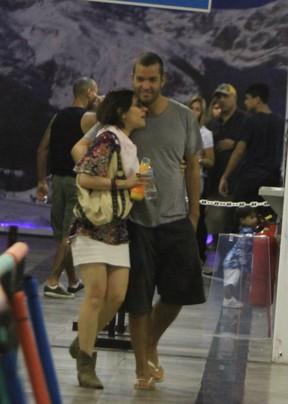 Alessandra Negrini com o namorado em pista de patinação no Rio (Foto: Delson Silva/ Ag. News)