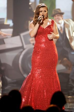Kelly Clarkson se apresenta no American Music Awards (Foto: Getty Images)