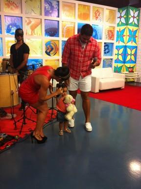 Scheila Carvalho com a filha Giulia e Xanddy em programa de televisão (Foto: Divulgação)