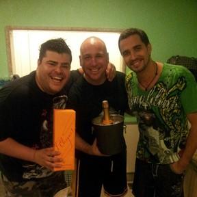 Rafael Vannucci e um amigo na casa de Latino no Rio (Foto: Twitter/ Reprodução)