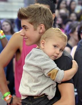 Justin Bieber com o irmão Jaxon em prêmio de música no Canadá (Foto: Reuters/ Agência)