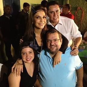 Ivete Sangalo reúne amigos em sua casa em Salvador para assistir 'Gabriela' (Foto: Twitter/ Reprodução)