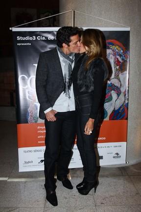 Carlos Machado com a namorada em estreia de peça em São paulo (Foto: Manuela Scarpa/ Foto Rio News)