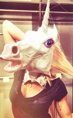 Miley Cyrus posa com cabeça de unicórnio (Foto: Reprodução/Twitter)