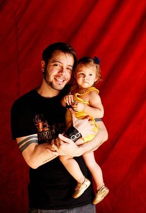 Max Porto e a filha posam para o EGO (Foto: Marcos Serra Lima/EGO)