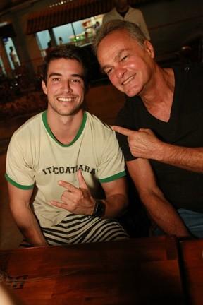 Bernardo Velasco e Kadu Moliterno em festa de 'Malhação' em restaurante no Rio (Foto: Marco Macedo/ Divulgação)