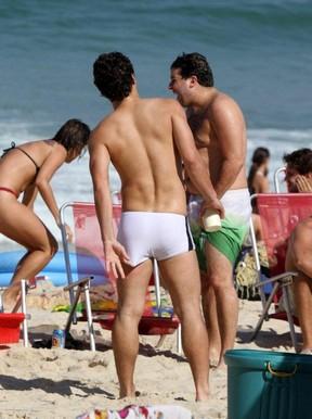 Thiago Martins na praia do Leblon (Foto: Andre Freitas  / Agnews)