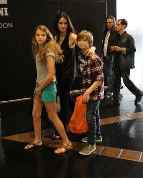 Lizandra Souto com os filhos Yasmin e Yago (Foto: Ag News/ Daniel Delmiro)