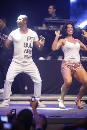 Renatinho da Bahia e Scheila Carvalho em show no Rio (Foto: Fred Pontes/ Divulgação)
