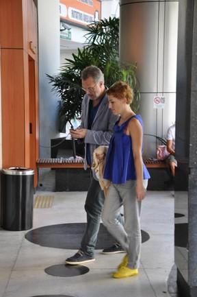 Pedro Bial e a namorada em shopping do Rio (Foto: Mickael Machado / AgNews)