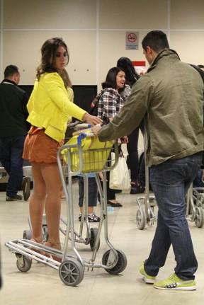 Nicole Bahls e Gustavo Salyer em aeroporto no Rio (Foto: Rodrigo dos Anjos / Ag. News)