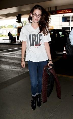 Kristen Stewart em aeroporto em Los Angeles, nos Estados Unidos (Foto: Grosby Group/ Agência)