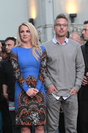 Britney Spears com o marido, Jason Trawick, na première do reality show musical 'The X Factor' em Hollywood, nos Estados Unidos (Foto: Mario Anzuoni/ Reuters/ Agência)