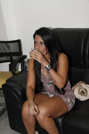 Dani Sperle se descuida e mostra demais em show no Rio (Foto: Isac Luz/ EGO)