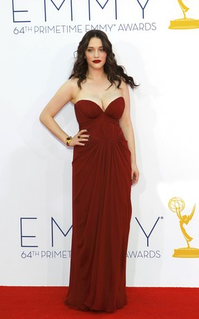 Kat Dennings no Emmy Awards (Foto: Reuters)