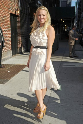 Kaley Cuoco faz aparição no The Late Show with David Letterman, em Nova York  (Foto: Ralph/ PacificCoastNews/Honopix	)