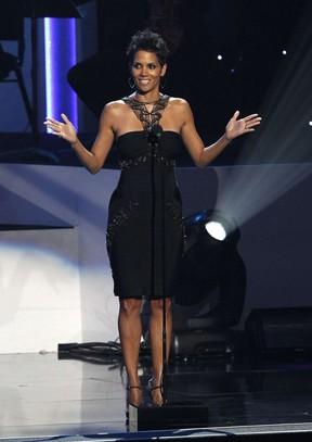 Halle Berry em tributo a Whitney Houston nos EUA (Foto: Mario Anzuoni/ Reuters/ Agência)