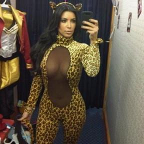 Kim Kardashian em macacão decotado e de oncinha (Foto: Reprodução / Instagram)