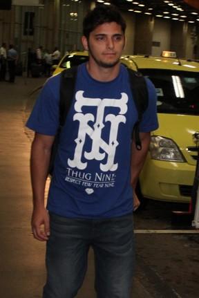 Bruno Gissoni desembarca no aeroporto internacional do Rio (Foto: Marcello Sá Barretto e Henrique Oliveira/ Foto Rio News)