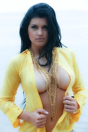 Camila Vernaglia, candidata de São Paulo a Miss Bumbum, faz ensaio sensual na praia (Foto: Angelo Pastorello/Divulgação)