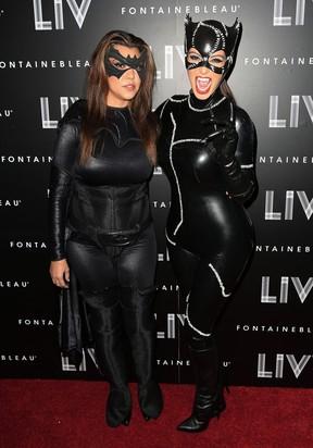 Kourtney Kardashian e Kim Kardashian em festa de Halloween em Miami, nos EUA (Foto: Alexander Tamargo/ Getty Images/ Agência)
