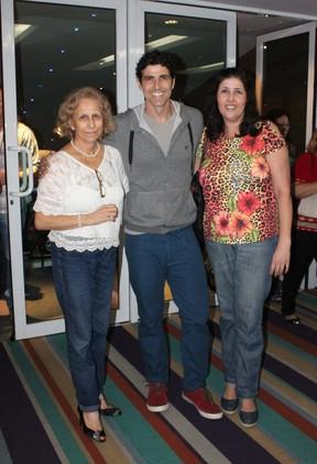 Reynaldo Gianecchini vai com a mãe, Dona Heloísa, a teatro no Rio (Foto: Fausto Candelária/ Ag. News)