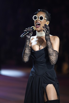 Rihanna canta no Victoria's Secret Fashion Show (Foto: Carlo Allegri/ Reuters/ Agência)