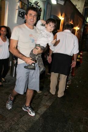 Eriberto Leão com o filho, João, em festa no Rio (Foto: Daniel Delmiro/ Ag. News)