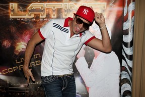Latino faz pose antes de show em São Paulo (Foto: Danilo Carvalho e Thais Aline/ Ag. News)