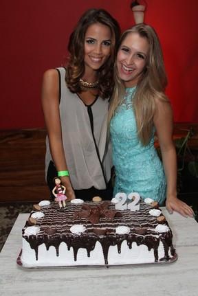 Pérola Faria com Carla Diaz em festa no Rio (Foto: Anderson Borde/ Ag. News)