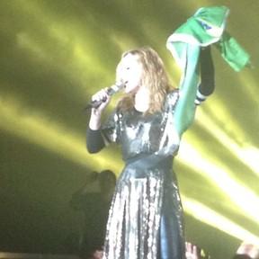 Madonna com a bandeira do Brasil em show no Rio (Foto: Instagram/ Reprodução)