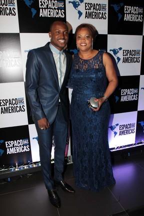 Thiaguinho com a mãe, Glória, no show de Roberto Carlos em São Paulo (Foto: Orlando Oliveira/ Ag. News)