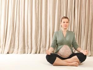 Carolinie Figueiredo pratica yoga 2 (Foto: Marcos Serra Lima)
