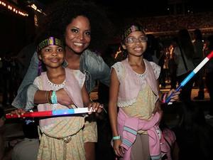 Adriana Bombom e filhas no show de Justin Bieber (Foto: Alessandra Gerzoschkowitz/EGO)