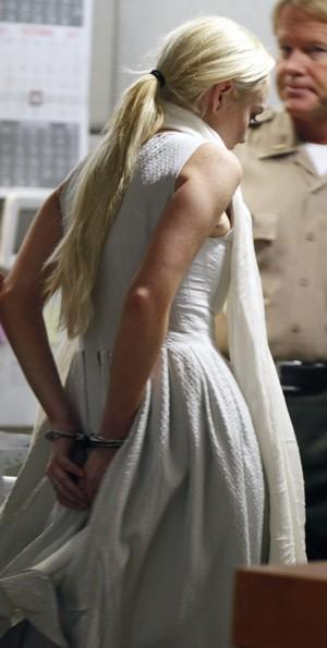 Lindsay Lohan deixa tribunal algemada (Foto: Reuters)