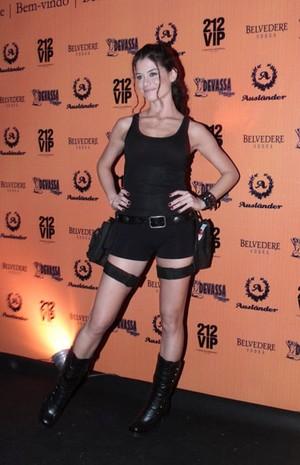 Alinne Moraes vai de Lara Croft a festa de Halloween no Rio de Janeiro (Foto: Isac Luz/EGO)