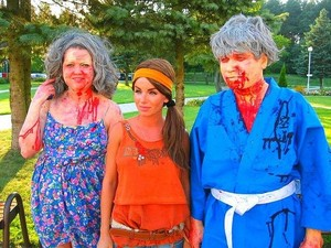 Julia na gravação do horror/comédia 'Fear Mongers' (Foto: Reprodução/Site Oficial)
