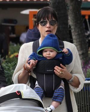 Selma Blair passeia com o filho (Foto: Agência X17)