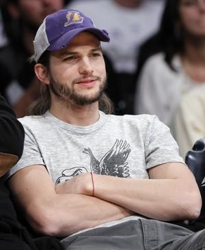 Ashton Kutcher assiste a partida de basquete em Los Angeles, nos Estados Unidos (Foto: Reuters/ Agência)