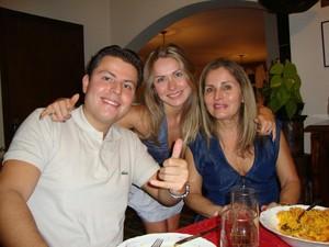 Renata com o irmão, Bruno, e a mãe, Sandra (Foto: Arquivo Pessoal/Reprodução)