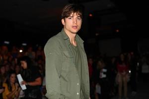 Ashton Kutcher assiste desfile na SPFW (Foto: Iwi Onodera / EGO)