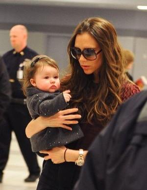Victoria Beckham com a filha Harper Seven em aeroporto em Nova York, nos EUA (Foto: Studio Press/ Agência)