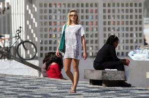 Fiorella Mattheis na praia (Foto: André Freitas / AgNews)