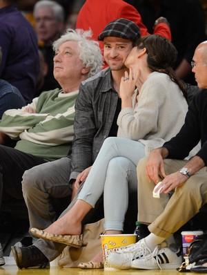 Jessica Biel e Justin Timberlake em jogo de basquete no Staples Center, em  Los Angeles (Foto: Getty Images)