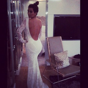 Kim Kardashian posa usando um vestido com um enorme decote nas costas (Foto: Instagram/ Reprodução)