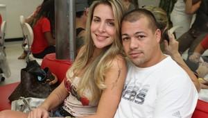Joana Machado e o noivo, Juninho, no salão de beleza (Foto: Anderson Borde / AgNews)
