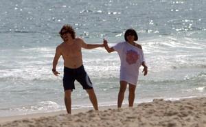 Felipe Dylon e Aparecida Petrowky em clima apaixonado na praia (Foto: André Freitas / AgNews)