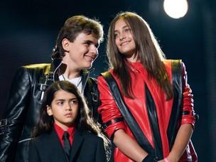Prince, Paris e Blanket, filhos de Michael Jackson, no tributo ao cantor que aconteceu neste sábado, 8, no Reino Unido (Foto: Getty Images/Agência)