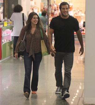 Fernanda Paes Leme com o namorado, Gregor Gracie, no Rio (Foto: Marcus Pavão/Agnews)