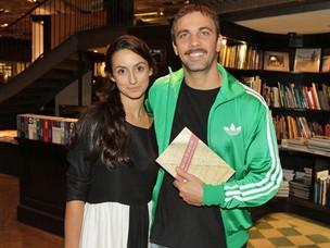 Marcelo Faria vai com a mulher Camila Lucciola a lançamento de livro (Foto: André Muzell / Ag. News)
